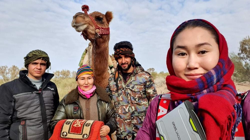 Cette femme mongole traverse le monde avec ses chameaux