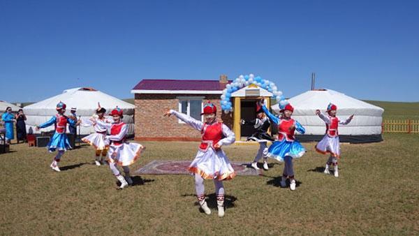 Bientôt une école maternelle Horseback pour les enfants des steppes