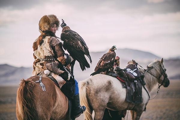 En Mongolie, la chasse à l'aigle intéresse les jeunes femmes