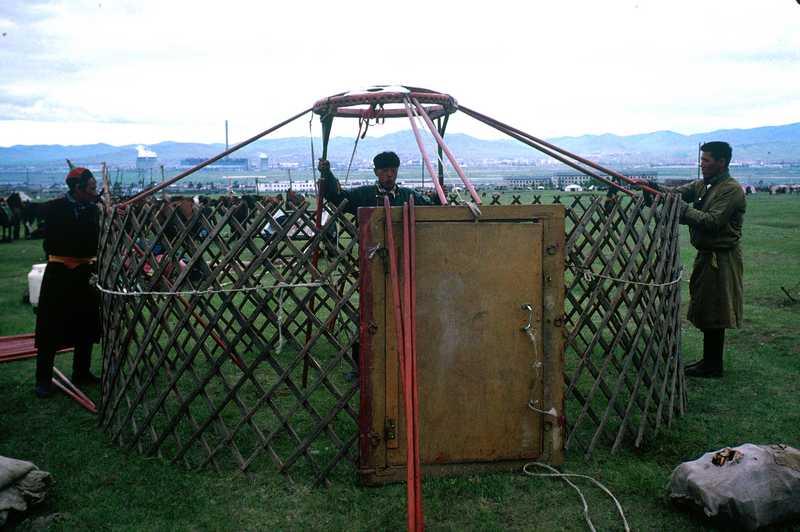Le montage de la yourte voyage mongolie for Porte yourte