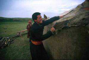 Les nomades posent la toile en feutre
