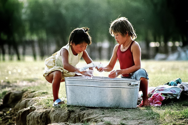 Enfants faisant la lessive