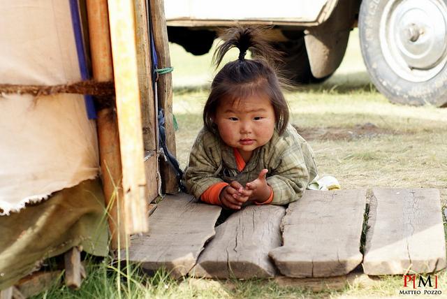 Petite nomade devant sa yourte
